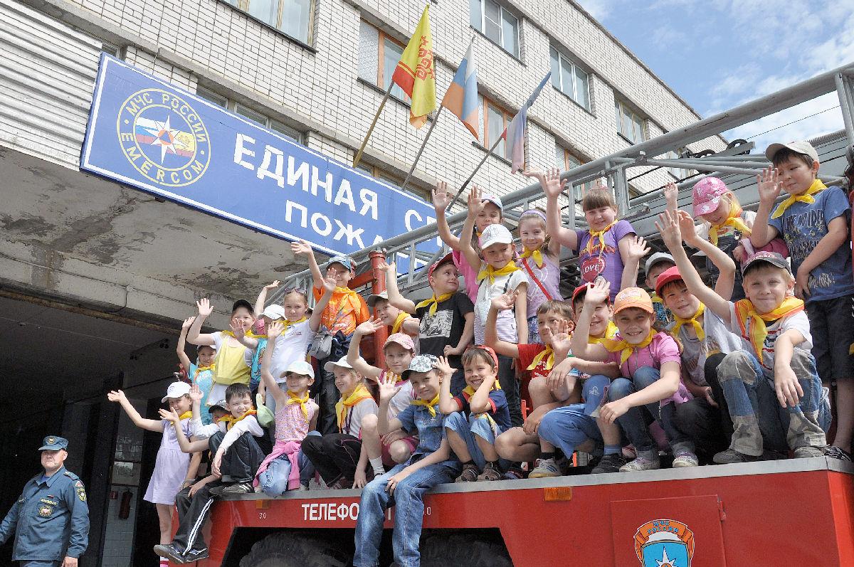 Фото детей с экскурсии пожарной части