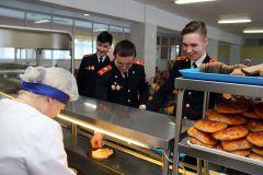 Кадеты 10-го класса школы № 5 выбирают, что им взять на обед. Им предоставляется несколько вариантов блюд. Фото Ирины ХаннаЧто едят наши дети питание в школе