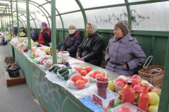 На мини-рынке продавцы предлагают домашние соления, варенья, овощи и фрукты.Щи и борщи не отменяются