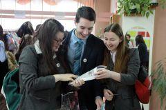 В школьной газете есть все — и над чем подумать, и над чем посмеяться. Фото Анны АнфимовойПуть в большую журналистику (итоги конкурса) Школа-пресс-2015