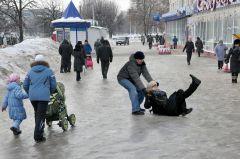 """На катке у """"Каблучка"""" каблучок не помог. © Фото Валерия БаклановаДорогу осилит конькобежец? Новый год-2012 на злобу дня"""