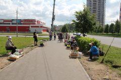 """С рынка бабушки ушли торговать на тротуар у гипермаркета """"Магнит"""".  Фото Максима БОБРОВАСнова торгуем на тротуаре. Заменят ли торговые ряды в разных частях города настоящий рынок? окно потребителя"""