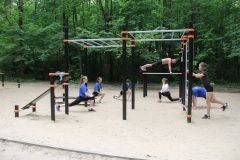 Новая спортивная площадка в Ельниковской роще — любимое место горожан, занимающихся физкультурой. В последнее время она стала также и местом тренировок молодых спортсменов.Маршрут здоровья Реализация нацпроекта
