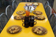 За 5 минут до перемены стол накрыт. Фото Ирины ХаннаЧто едят наши дети питание в школе
