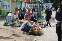 """Оживленная торговля идет у магазина """"Экспресс""""Снова торгуем на тротуаре. Заменят ли торговые ряды в разных частях города настоящий рынок? окно потребителя"""