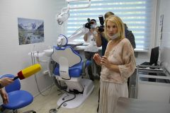 Директор школы № 17 Наталья Кротова в стоматологическом кабинете знакомит гостей со здоровьесберегающими технологиями. Маршрут здоровья Реализация нацпроекта