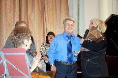 Юбиляр принимает поздравления. Фото Валерия Бакланова.Кузнец баянистов Юбилей