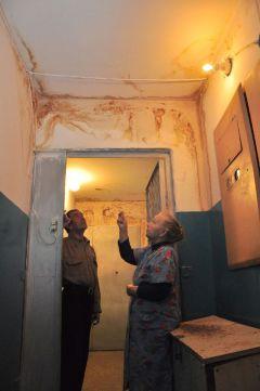 В доме № 11 по ул. Семенова.На протекающем  стыке зимы и весны уборка снега протекающая кровля