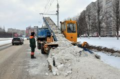 © Фото Валерия БаклановаНа протекающем  стыке зимы и весны уборка снега протекающая кровля