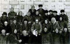 Бригада Ивана Николаева (второй справа в верхнем ряду) на строительстве школы № 4. Анатолий Данилов (третий слева во 2-м ряду) и его жена Муза Петровна (третья слева в нижнем ряду) многие годы проработали каменщиками. Фото из семейного альбома Даниловых.Отыскал Спутник в снегах Первостроители