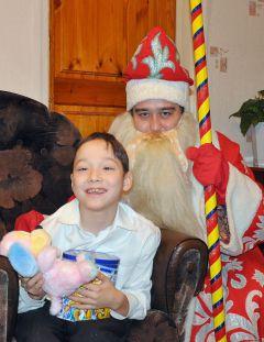 """Андрей Сорокин с подарками от """"Граней"""" и Дедом Морозом.И чудо случится обязательно Новый год  - 2011 Грани с подарками идут в гости"""