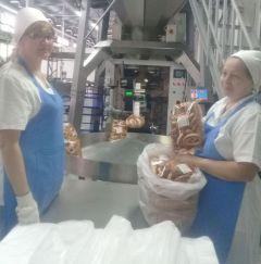 Укладчик-упаковщик Александра Тимошкина  и пекарь-бригадир Эльвира Никифорова.Выбор такой: если хлеб, то натуральный Чебоксарский хлебозавод  всегда под номером один