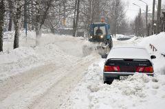 Из-за оставленных на дороге автомобилей половина улицы остается не чищенной. Фото Валерия Бакланова.Испытание зимой  для людей и дорог Транспорт снегопад дороги