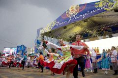 На сцене Чувашский государственный ансамбль песни и танца.Вся Россия  в гости к нам День Республики-2013