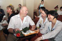 Владимир Петров с коллегами. © Фото Валерия БаклановаСотни операций,  спасенных жизней День медработника-2012
