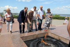 Василий Лановой возложил цветы к Вечному огню в Чебоксарах Василий Лановой