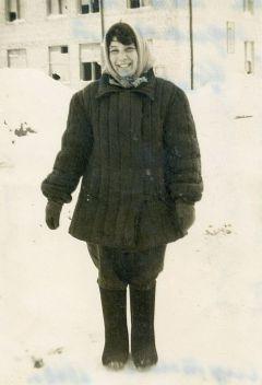 Фото из домашнего архива Ф.Савельевой, 1963 г.Мужа разглядела с крана  Первостроители