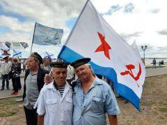 Василий Петров (слева) и Умар ХаялутдиновБратишки в бескозырках День ВМФ