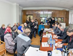 © Фото Валерия БАКЛАНОВАГлава администрации с газетой отдежурили в Ельникове Дежурный по микрорайону События недели