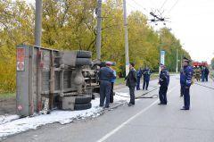Хорошо, что баллоны с газом не взорвались.   Фото Валерия Бакланова.Перевернулась машина с газом ДТП авария