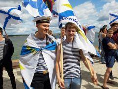 Николай Булатов и Андрей МакаловБратишки в бескозырках День ВМФ