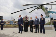 На открытии памятника. Фото: cap.ruВ Ходарах открыли памятник-вертолет памятник