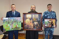 Члены жюри с картинами-победителями.Не числом, а смирением УФСИН ИК-4