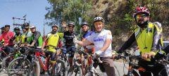 Вячеслав Платонов (второй справа) с индийскими велосипедистами  на финише международного велопробега на озере Мансар.Первый пробег. Теперь международный велопробег Велодвижение «Солнце на Спицах»