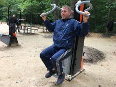 Сергею Дмитричеву очень нравится заниматься на спортивной площадке в роще.Жить планирую до 120 лет! День физкультурника