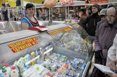 """Покупатели предпочитают местное молоко.  © Фото Валерия БАКЛАНОВАМагазин, """"крути педали""""! Магнит ЗАО """"Тандер"""""""