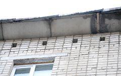 Именно в этом месте, по мнению жильцов, вода с крыши проникает  в подъезд жилого дома и кухню квартиры на верхнем этаже.Злополучный парапет