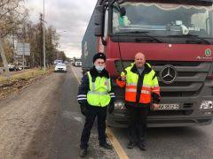 Фото из Инстаграмм ГИБДД ЧувашииИнспектора ДПС помогли дальнобойщику из Беларуси ДПС