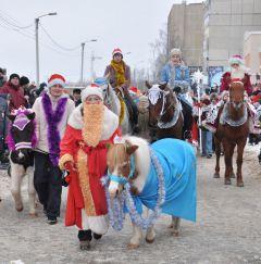 Находка с Дедом МорозоЙм — Натальей Путиловой. © Фото Анастасии ГРИГОРЬЕВОЙПони, маленькие кони,  для детей на все готовы Новый год-2014