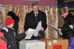 Александр Сироткин пришел на участок с сыном.Свой выбор сделали выборы-2011