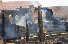 В результате возгорания и задымления комнаты, его 42-летняя жена и пятилетняя дочь скончались от острого отравления, а дом полностью сгорел.В Чувашии на полтора года осужден мужчина, по вине которого погибли жена и пятилетняя дочь  пожар курение в нетрезвом виде по неосторожности стоп-алкоголь