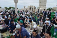 Молящиеся на Соборной площадиВ Татарстане состоялось ежегодное собрание мусульман России мусульмане