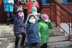 Каждый ребенок был обеспечен ватно-марлевой повязкой, противопылевой тканевой маской или респиратором.Вместо звонка — тревожная сирена Безопасность