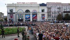 1527677809.jpgБолее 120 тысяч человек пришли проститься с Захарченко в Донецке