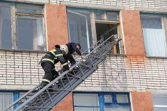 Ребят эвакуировали через окно при помощи пожарной автолестницы.Вместо звонка — тревожная сирена Безопасность