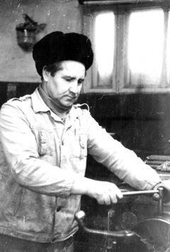 Шлюпкин за токарным станком. Фото из семейного архива.Глаз-алмаз токаря Шлюпкина Дела и люди