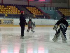 В Новочебоксарске проходят сборы хоккейных вратарей