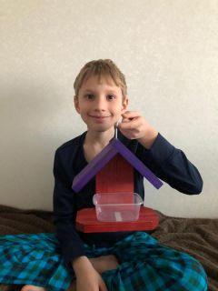 9-летний Михаил Афанасьев, учащийся 6-й гимназии, любит мастерить: эту кормушку для птиц он сделал сам.Живи с позитивом, только тогда  будешь счастливым! семья Город счастливых семей