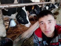25-летний Максим Ильин — единственный мужчина — оператор машинного доения на верхнем комплексе этой фермы. Своей работы он не стесняется, вся семья Максима трудится здесь же.Я узнаю ее по вымени! Человек труда доярка