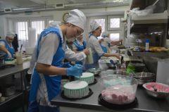 Рабочая атмосфера на кухне: женщины готовят нам сладкую жизнь.Планета сладких женщин  Человек труда