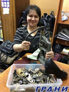 Единственной обувщице города Наталии Сидоровой и 24 часов в сутки мало: настолько ценят ее аккуратную, кропотливую работу клиенты.Всю жизнь мечтала стать обувщиком! Человек труда