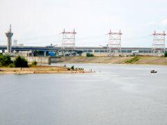 В подходном канале Чебоксарской ГЭС купаться запрещено. Но покрытая тиной бетонка из года в год продолжает привлекать новочебоксарцев.Последнее слово утонувшего. Вода не прощает пренебрежения Школа выживания Полоса безопасности