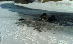 Выезд на лед на автомобиле может закончиться трагически. Так произошло в марте этого года возле села Моргауши.  Фото с сайта www.21.mchs.gov.ruВ ледяной ловушке рыбаки