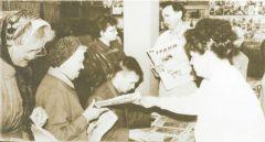 """Популярные у горожан дни подписчика проводятся и сейчас. В них принимает участие и молодежь. Фото из архива редакции, 1996 год.""""Грани"""" строить  и жить помогают Газете """"Грани"""" — 40 лет Граням - 40"""