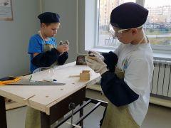 12-летний Иван Суворов (в белой футболке) из Йошкар-Олы и его товарищ мастерят коробочки из деревянных дощечек в столярной мастерской. Женсовет Новочебоксарска посетил Чувашский кадетский корпус  кадетский корпус