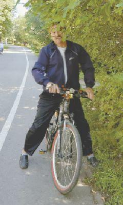 Ветки опасны для проезжающего велосипедиста. Фото автораВелоквест по городу: спасти глаз, не раздавить помидоры Проверено на себе Комфортная среда велодорожки